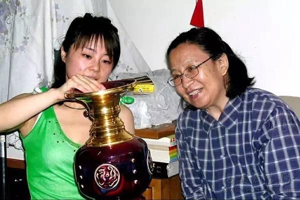 毛主席的女儿李讷(右一)在欣赏伟人尊