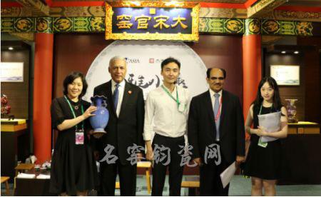 巴基斯坦总统阿齐兹获赠钧瓷国礼《祥和樽》