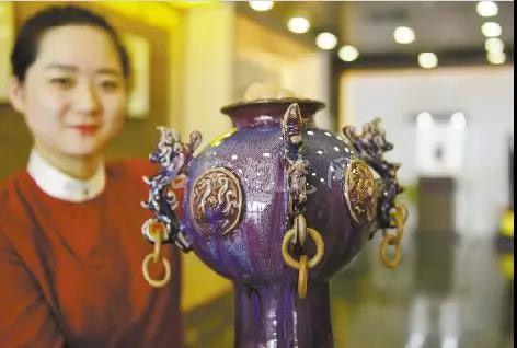 外交部工作人员展示孔家钧窑作品《四海升平》。