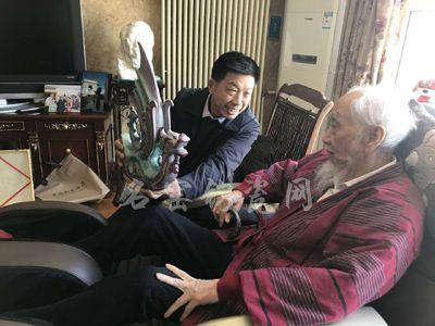 钧瓷作品《龙凤呈祥》被国学大师文怀沙收藏