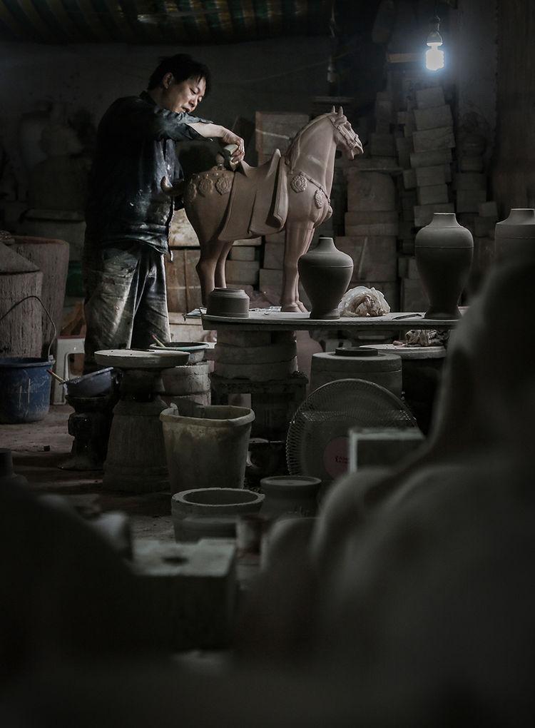 匠人正在对泥胎马精雕细刻_神垕镇隐藏在钧瓷大师身后的普通工匠