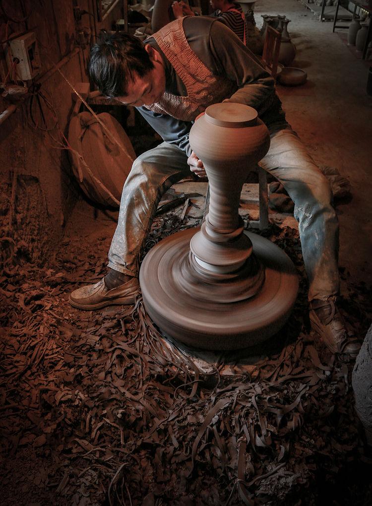 钧瓷匠人正在修胚_神垕镇隐藏在钧瓷大师身后的普通工匠