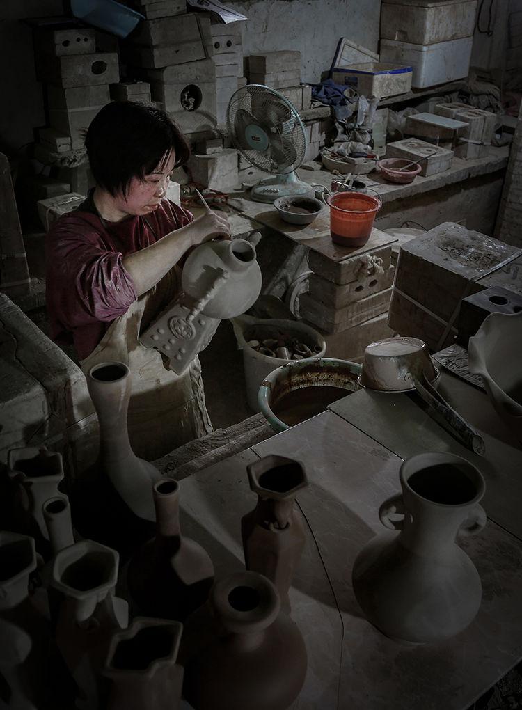 工匠正在修胚_神垕镇隐藏在钧瓷大师身后的普通工匠