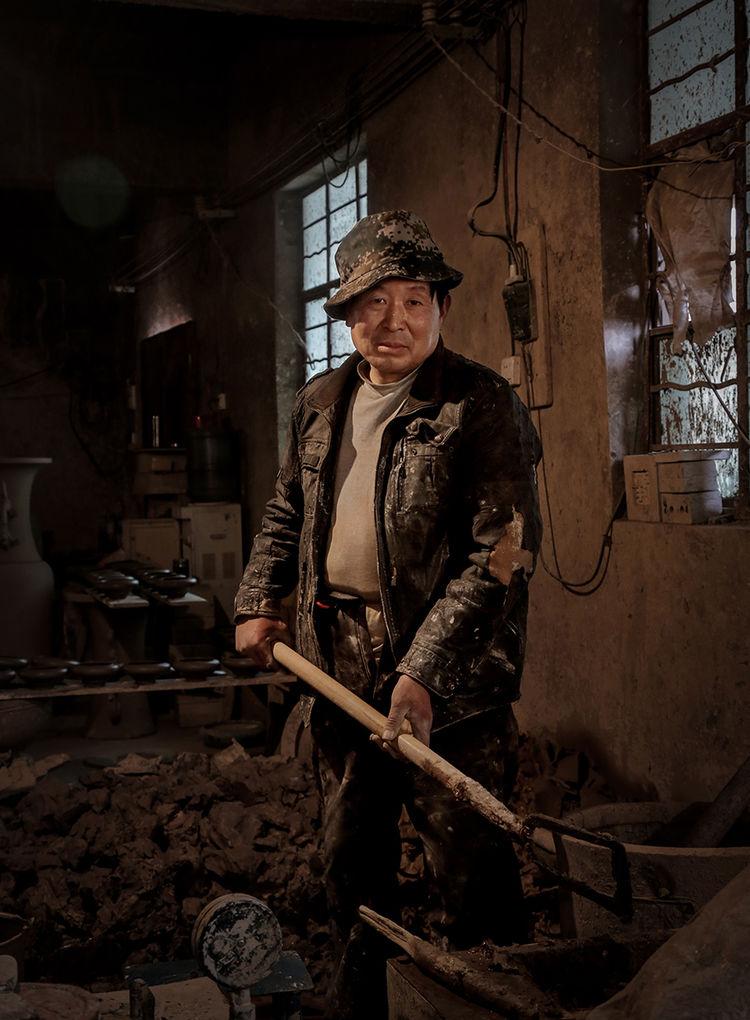 工匠在铲之做钧瓷的胚泥_神垕镇隐藏在钧瓷大师身后的普通工匠