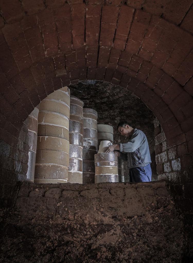 窑工正在为钧瓷装窑_神垕镇隐藏在钧瓷大师身后的普通工匠