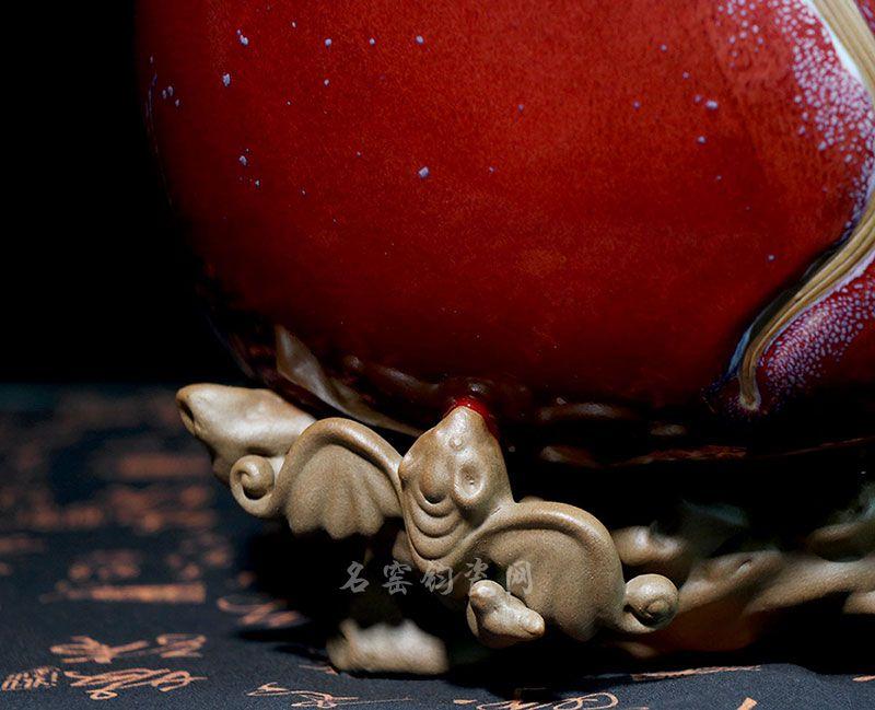 钧瓷福寿桃,底部为蝙蝠雕饰,寓意为福依蟠桃,寿比南山