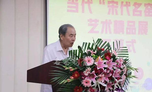 中国工艺美术学会会长杨自鹏宣布本次展览开幕。