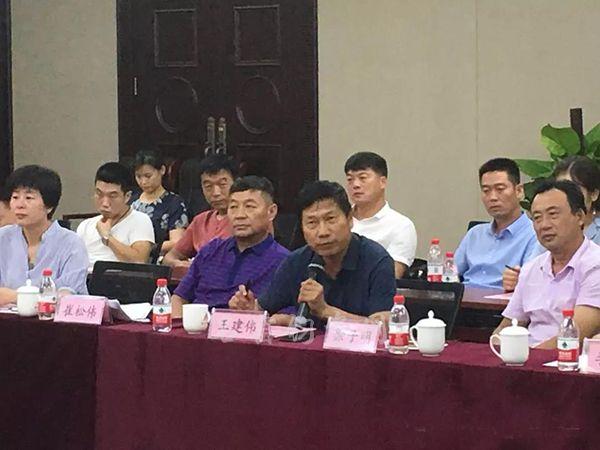 中国传统工艺美术大师王建伟、崔松伟在论坛上代表钧窑发言
