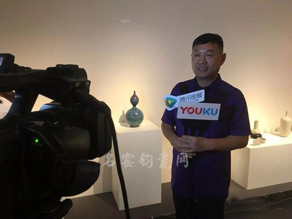 中国传统工艺大师崔松伟接受现场媒体采访