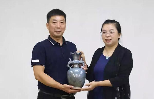 邢亚龙大师(左)捐赠作品