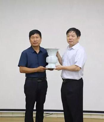 王建伟大师(左)捐赠作品