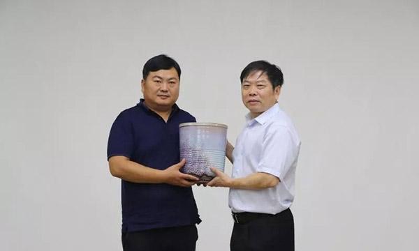 刘克大师(左)捐赠作品