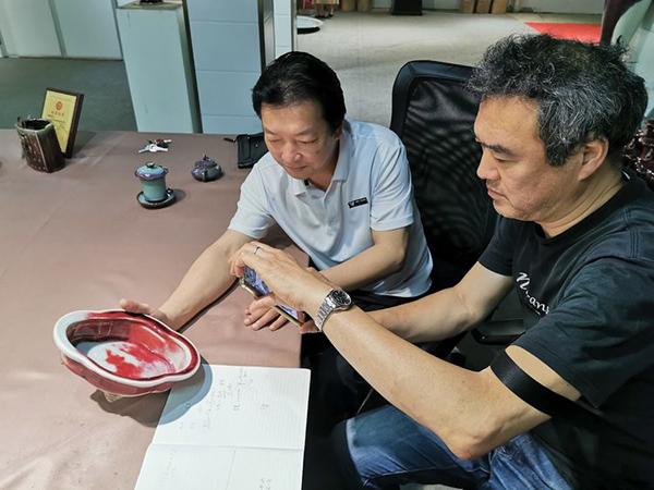 柴田昌平(右)和御都钧窑董事长朱向前鉴赏钧瓷窑变艺术。