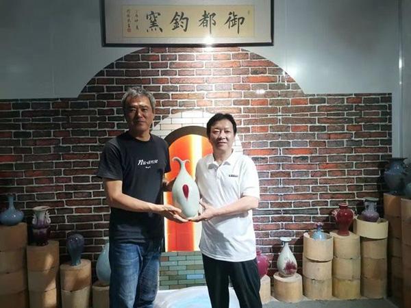 柴田昌平(左)和御都钧窑董事长朱向前鉴赏钧瓷国礼《春芽》