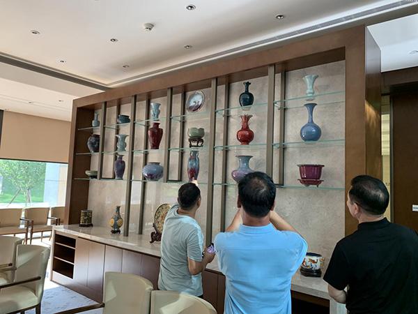"""在""""第二届一带一路高峰论坛""""会场挑选永久收藏展示的部分钧瓷珍品"""