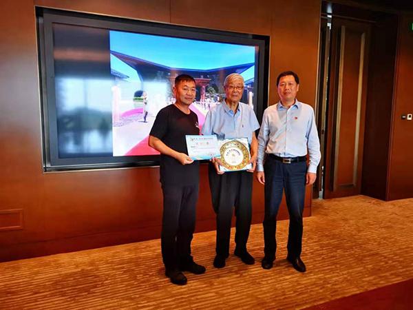 张守智和杨斌华为崔松伟(左)颁发纪念证书