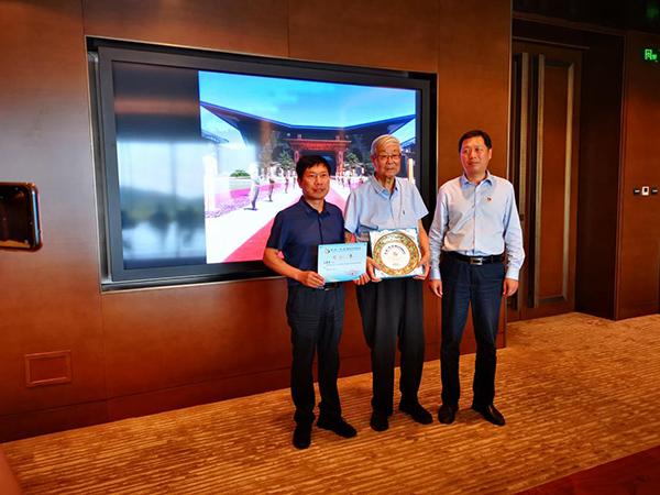 张守智和杨斌华为王建伟(左)颁发纪念证书