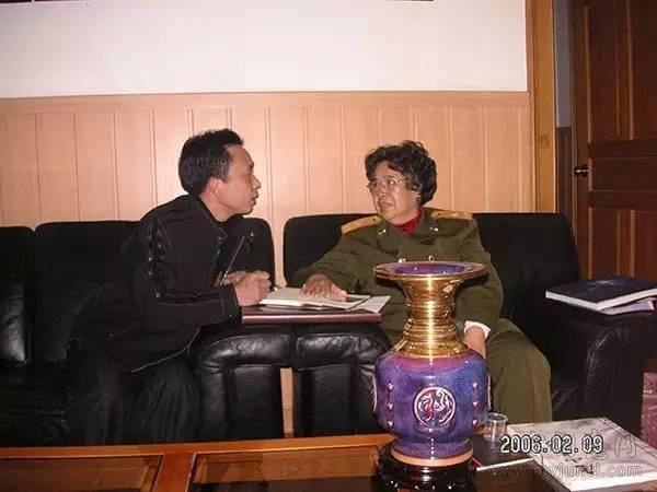 孔春生经理(左一)和邵华将军(右一)在亲切交谈