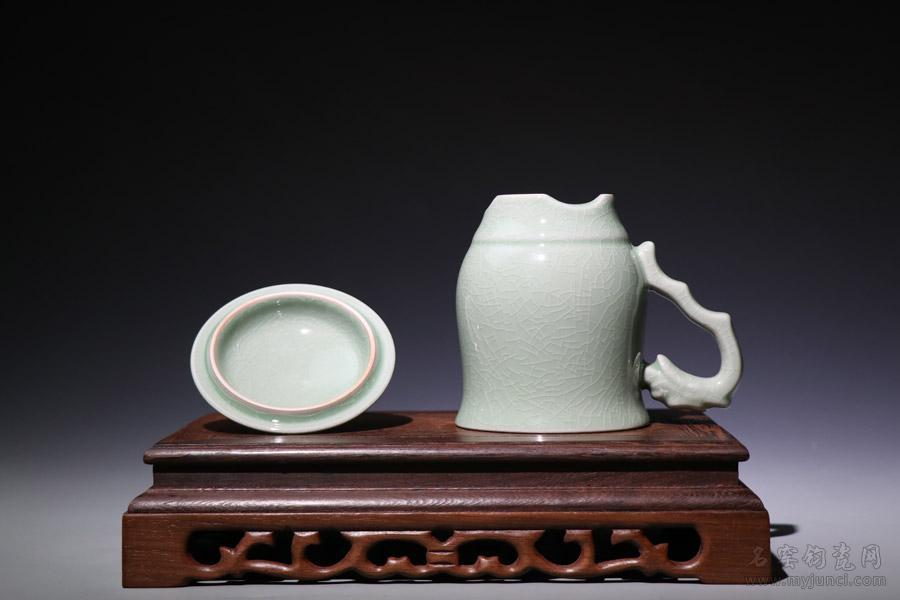 (总理杯_上合杯-龙首杯)-开片豆绿色:做工精细,釉色沉稳,器型端庄大气