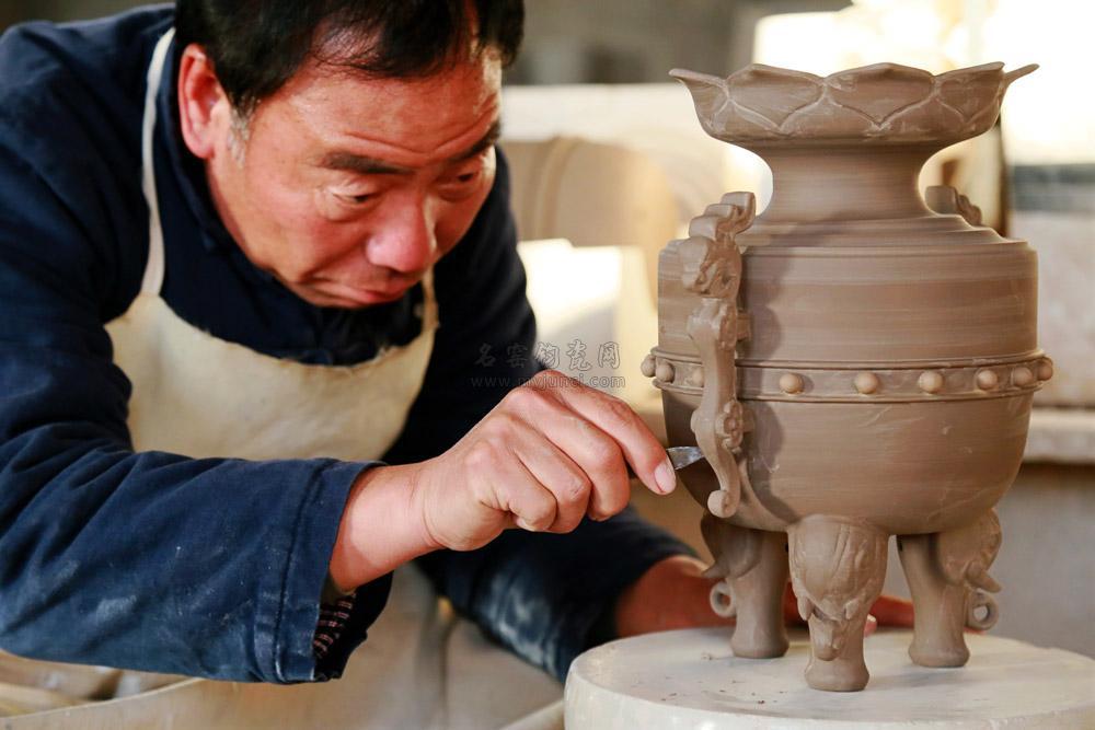 王现锋大师正在创作钧瓷作品《盛世祥瑞鼎》
