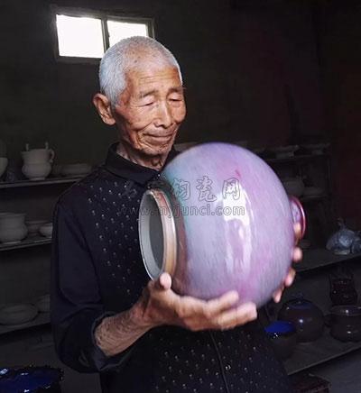 张国领父亲在鉴赏钧瓷
