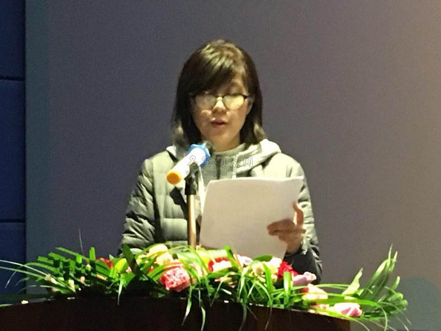 河南省工艺美术行业协会副理事长王俊容宣读选举办法